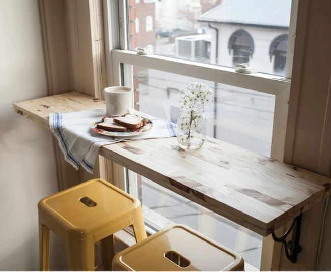 Uma mesa na janela