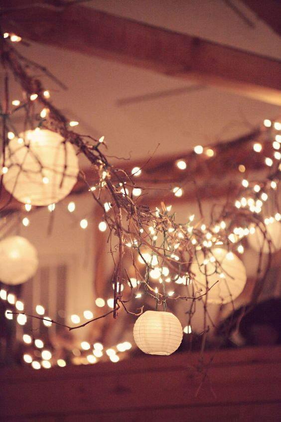 Com galhos e luzes