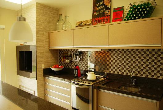 Cozinha simples com churrasqueira