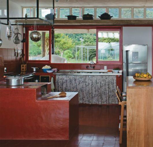 Cozinha simples com fogão a lenha