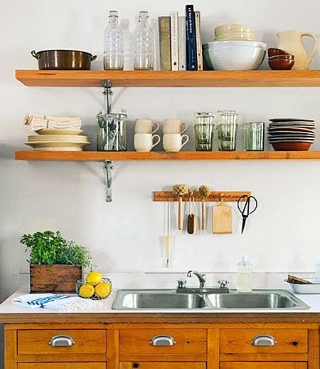 Cozinha simples com prateleiras