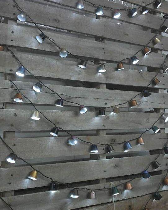 Painel de pallet com pisca pisca lanternas