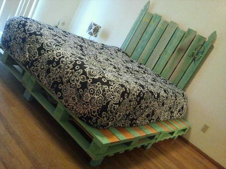 cama de palete pintada