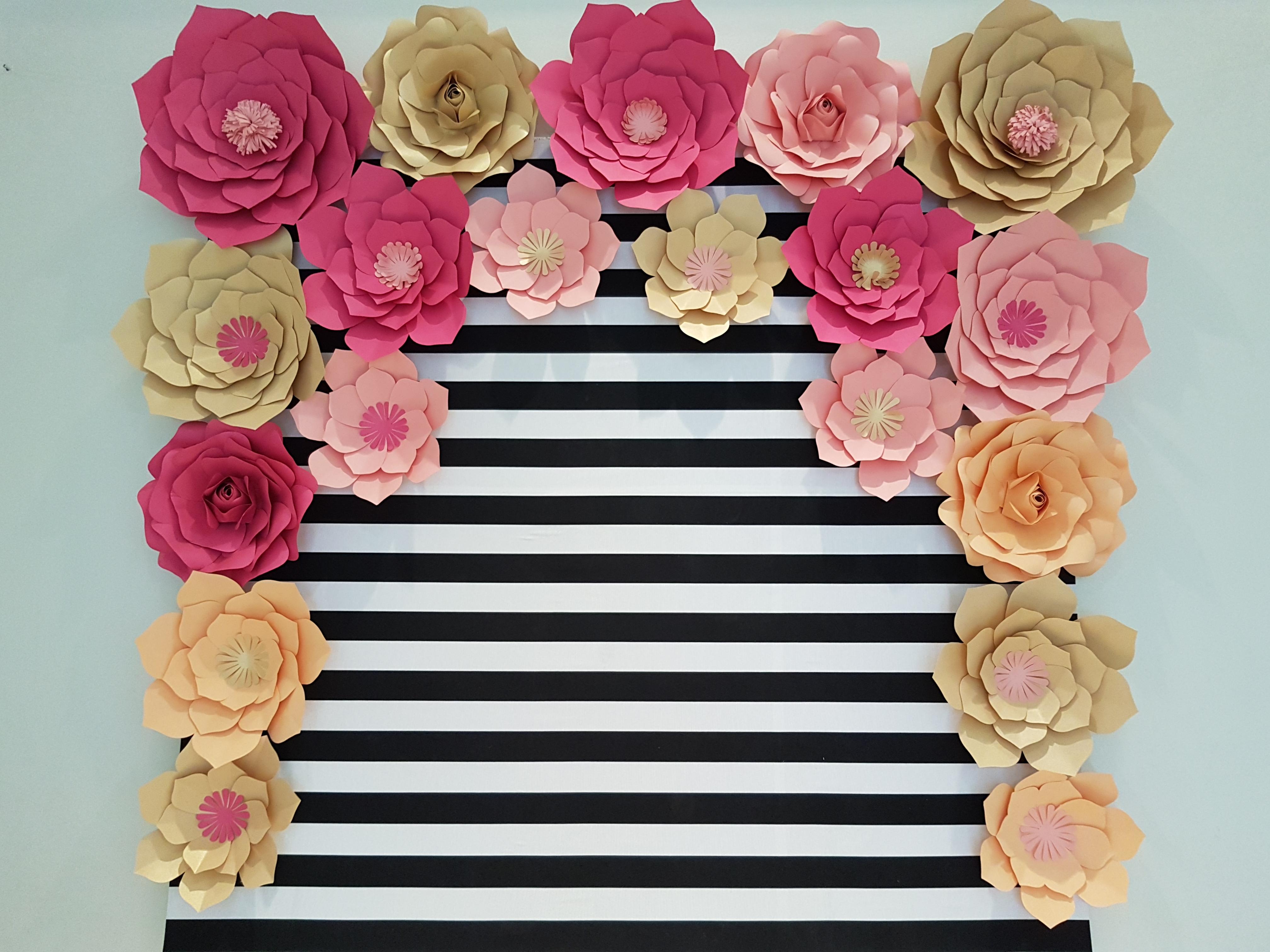 painel de pallet com flores de papel