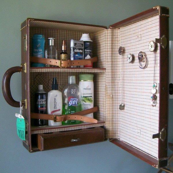 armário de banheiro com mala