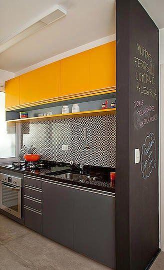 cozinha em preto e amarelo