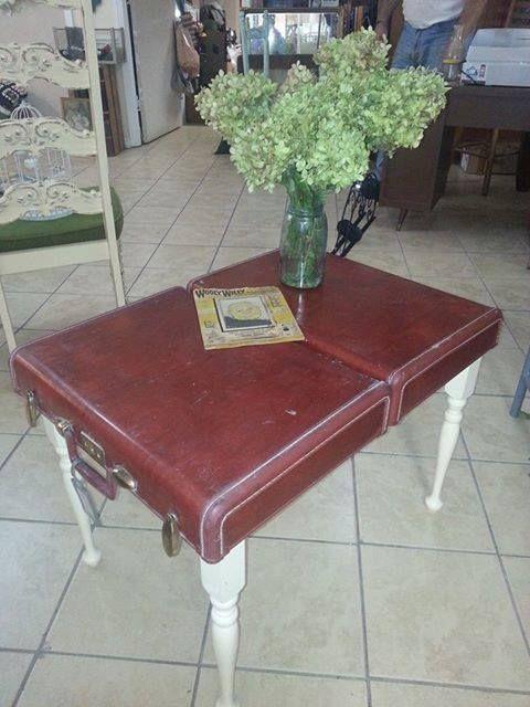 mesa de centro com mala vintage