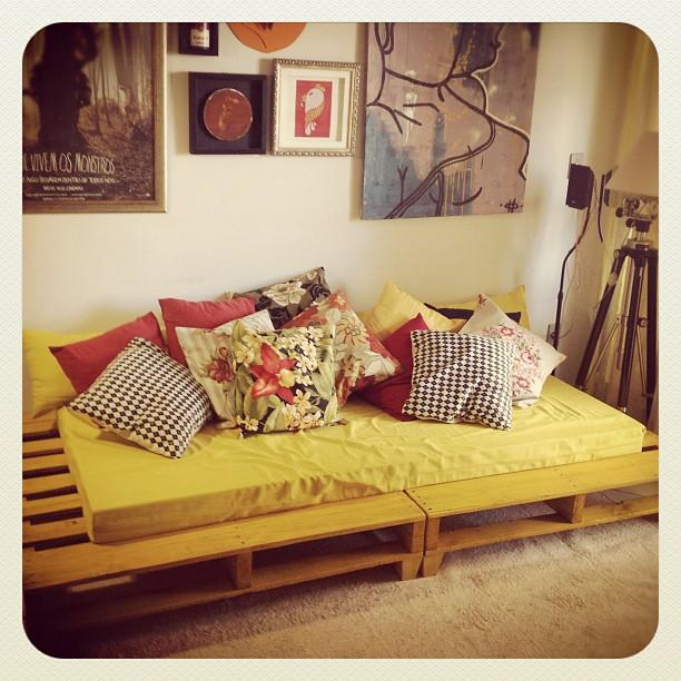 Sofá de palete amarelo