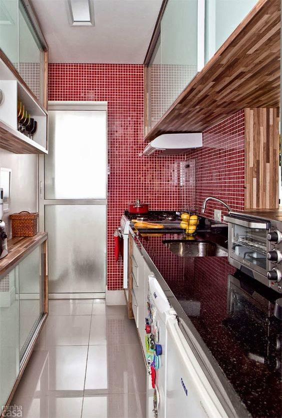 cozinha comprida detalhe vermelho