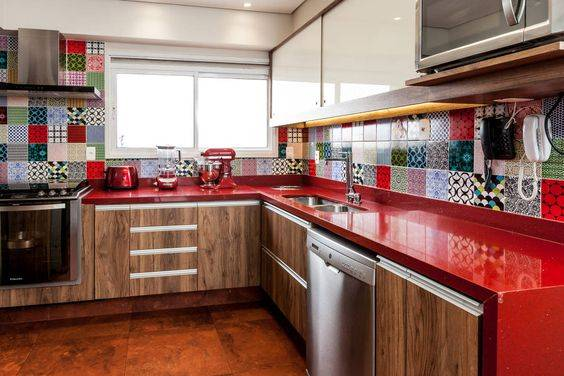cozinha em bancada vermelha