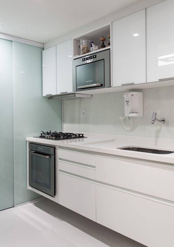 pequena cozinha branca