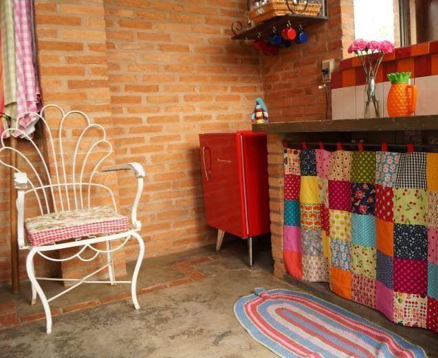 Casas de campo com piso de cimento queimado e cadeira
