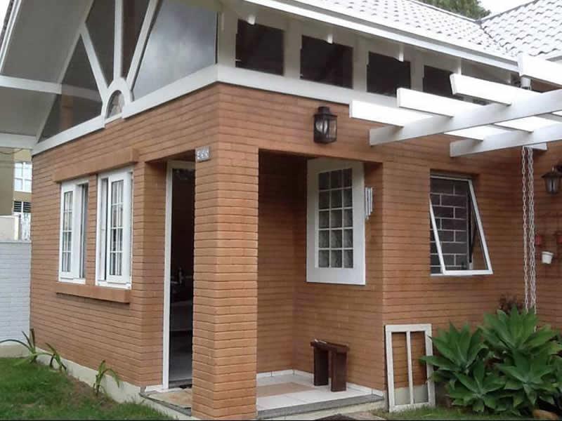 Casas de campo com tijolo ecológico na parte exteriro