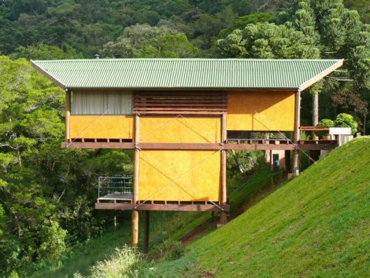 casas de campo em declive amarela