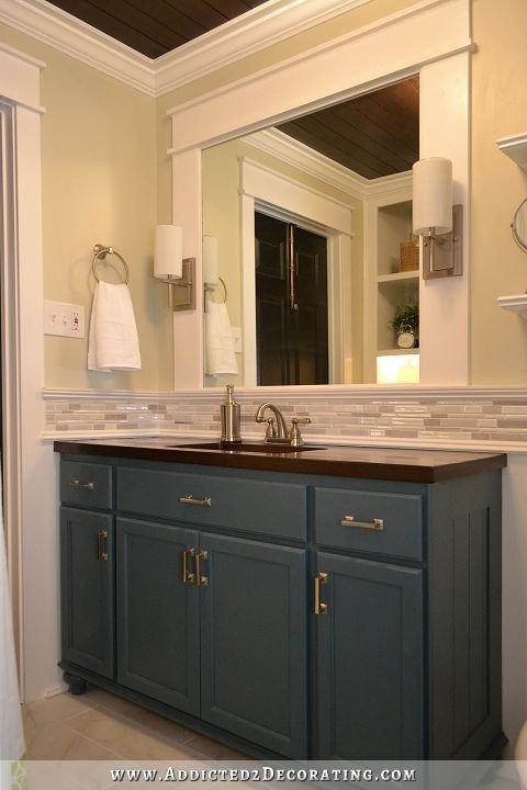 armario azul no banheiro
