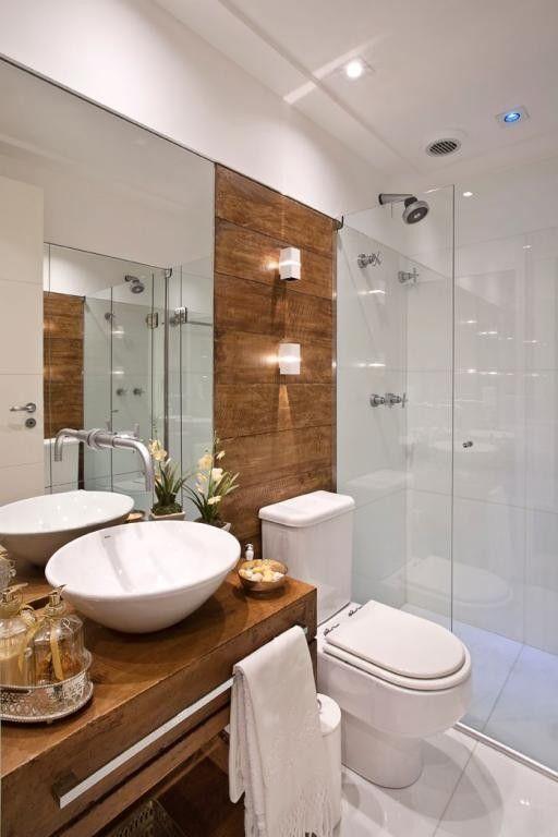banheiro com detalhes de madeira