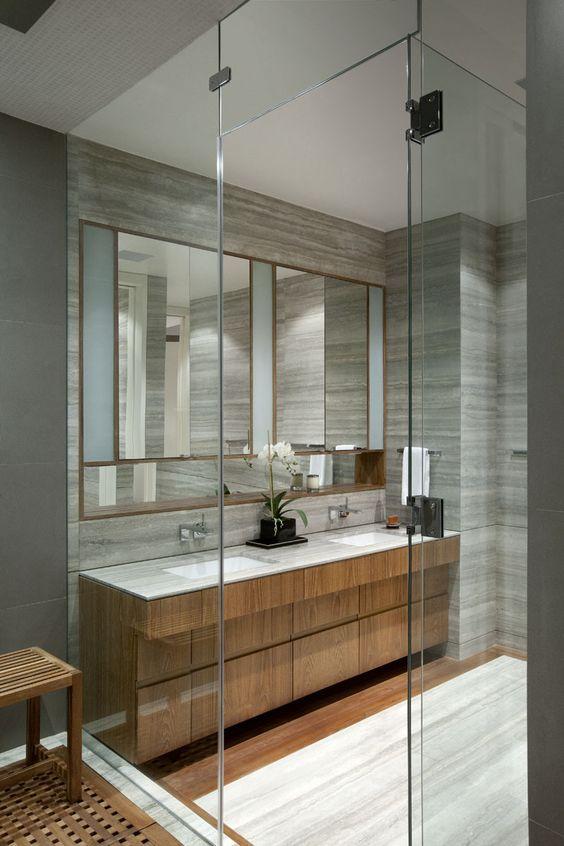 banheiro com tons madeira