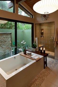banheiro com vista para jardim