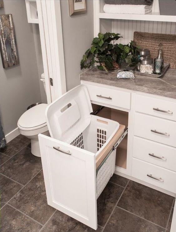 cesro de roupas no banheiro