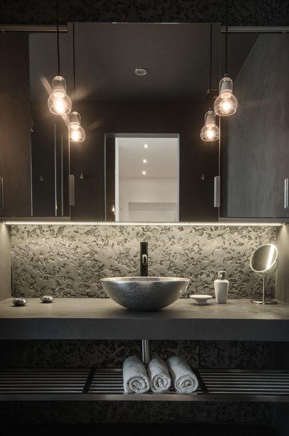 luminarias pendentes no banheiro