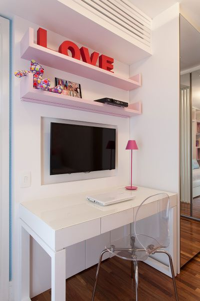 tv no quarto de menina