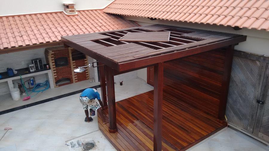 Pergolado com telha sendo colocadas