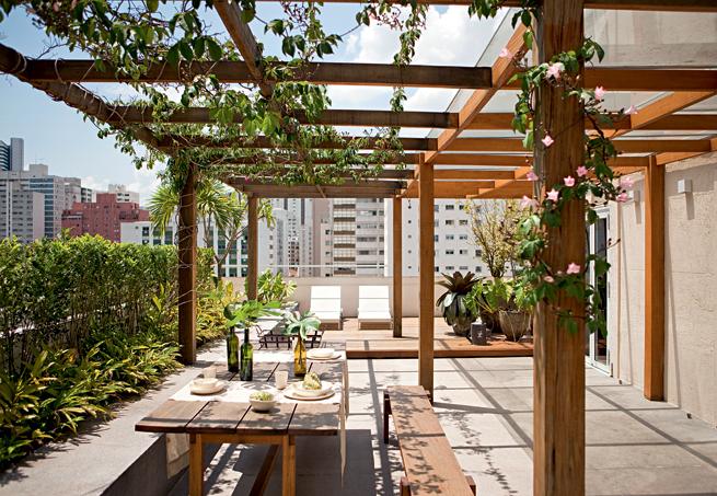 Pergolado em apartamento com plantas