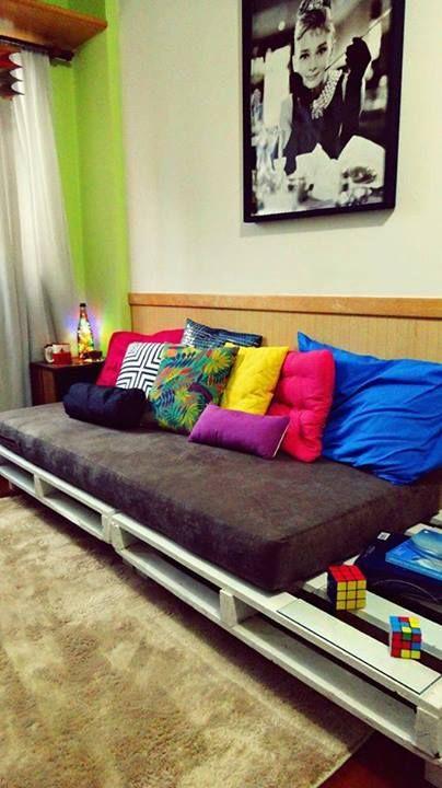 almofadas coloridas com sofa de pallet