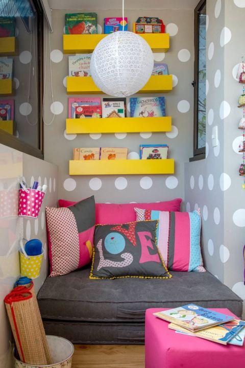 almofadas coloridas em cantinho