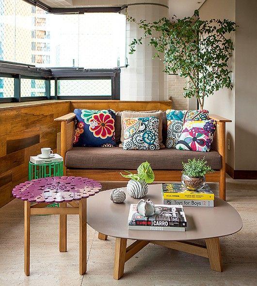 almofadas coloridas na varanda