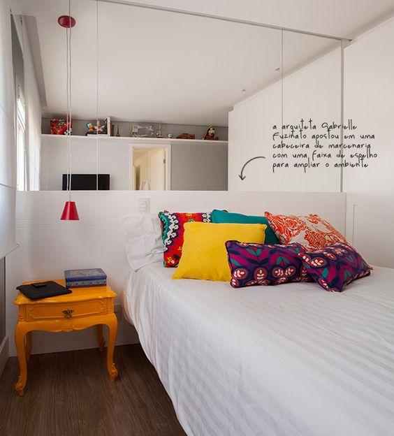almofadas coloridas no quarto