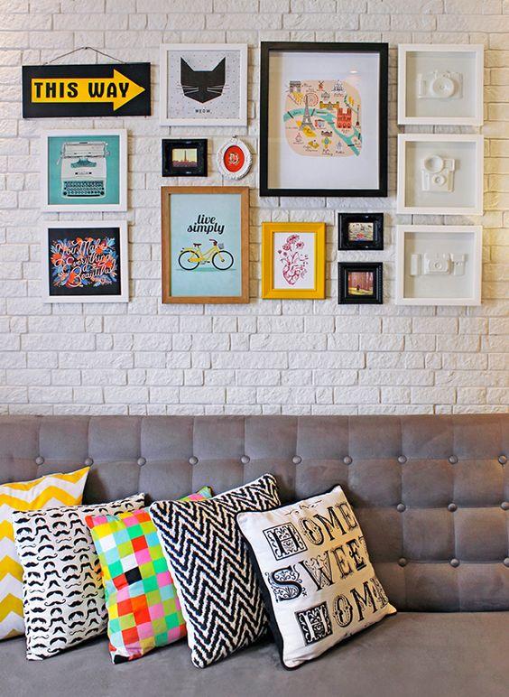 almofadas diferentes com posteres