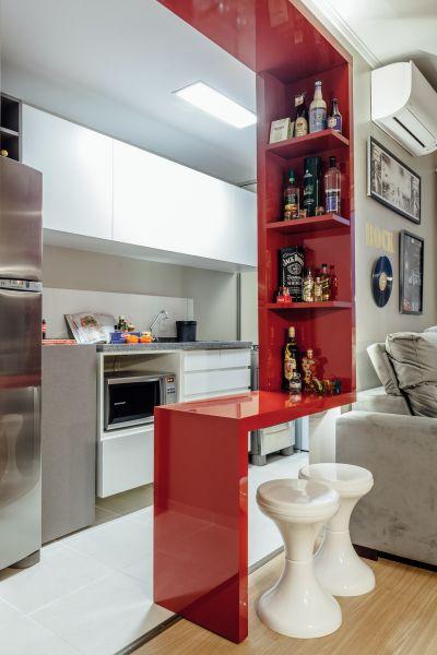 bancada vermelha na cozinha