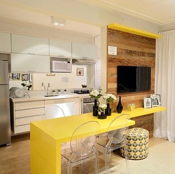 cozinha americana com bancada amarela