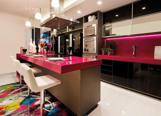 cozinha com bancada rosa