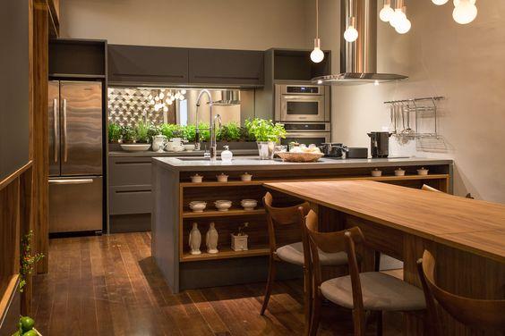 cozinha em detalhe e uso de madeiras