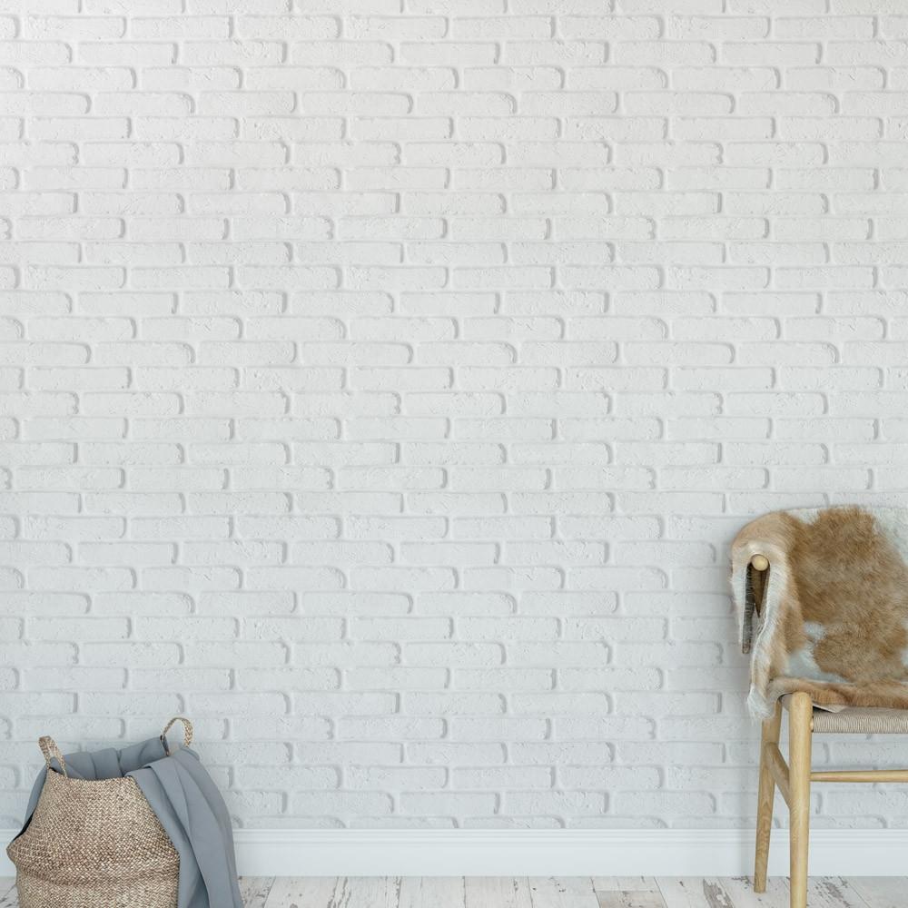 Papel de parede branco com cadeira de madeira