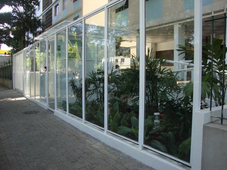 Muro de vidro com alumínio
