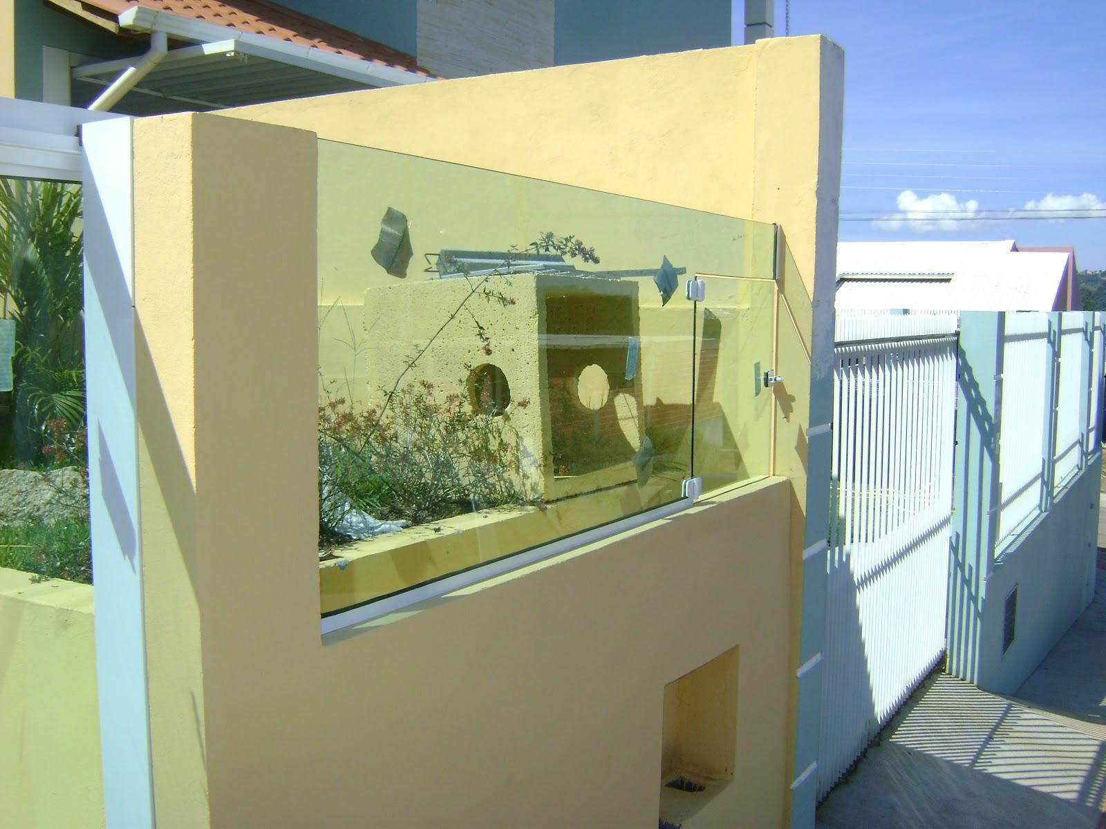 Muro de vidro com lixeira