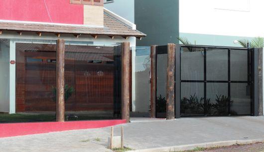 Muro de vidro com madeira