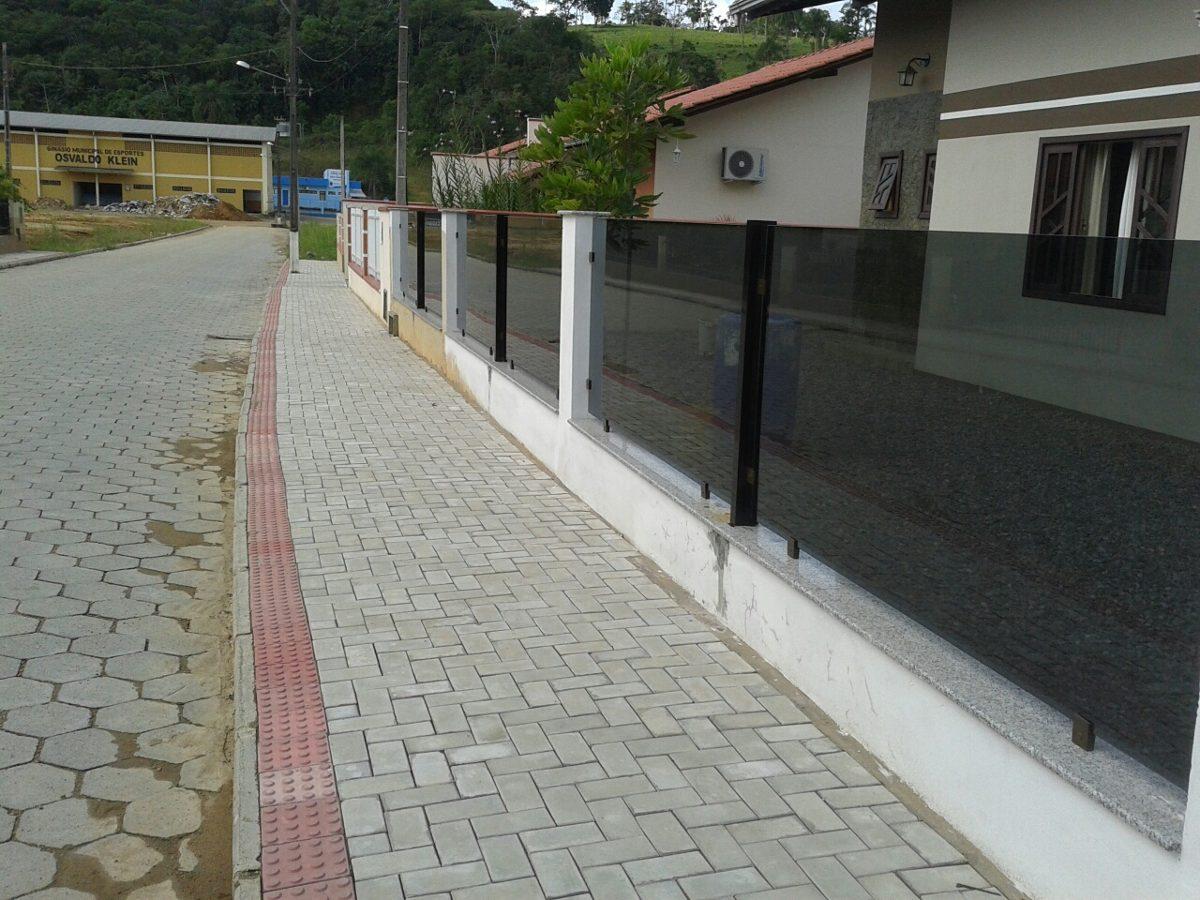 muro de vidro com grapa