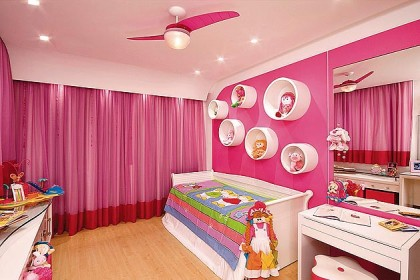 sanca-rosa-claro-com-paredes-rosa-forte