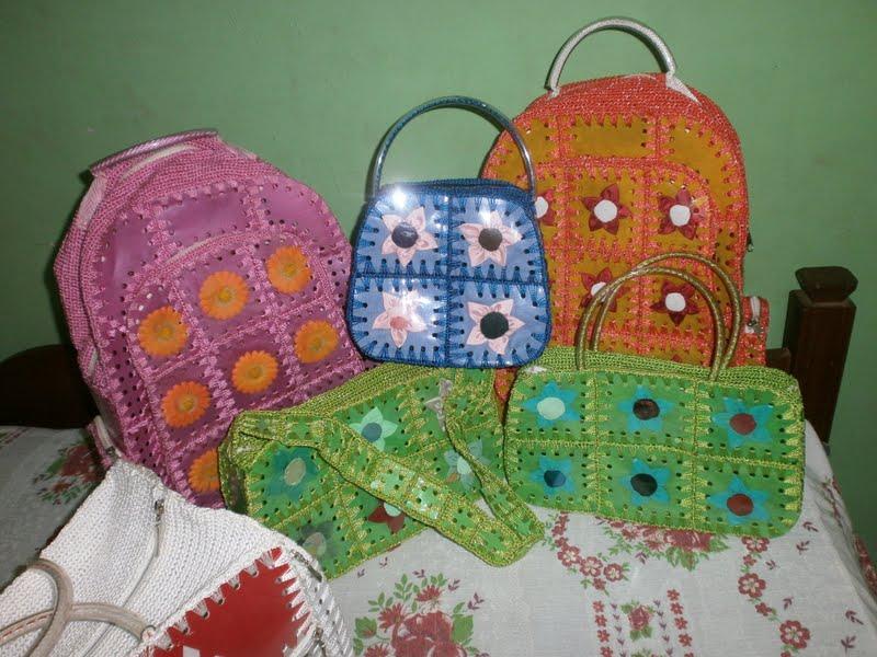 Bolsa artesanal feita com garrafa pet coloridas