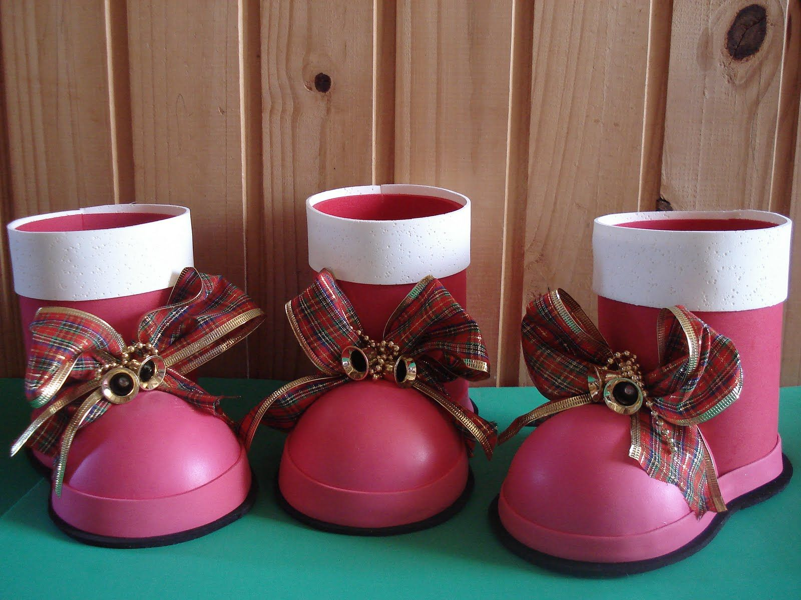 Bota de natal artesanal feita com garrafa pet vermelha