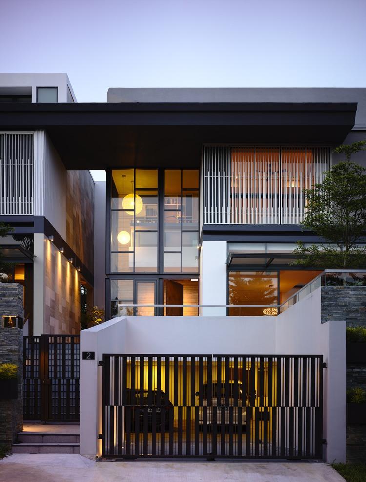 fachada-com-garage-e-porta-gradeada