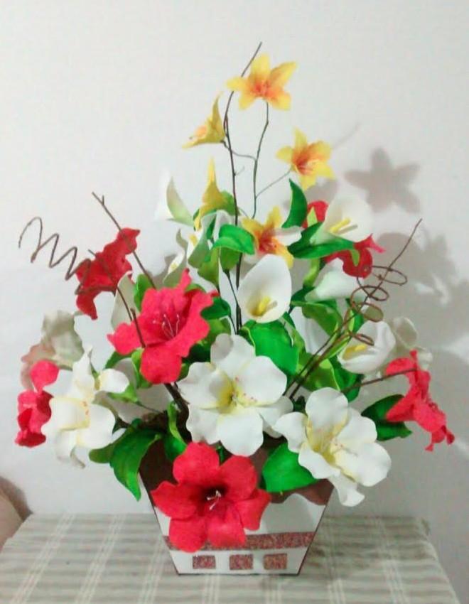 Arranjos de flores de eva frisadas