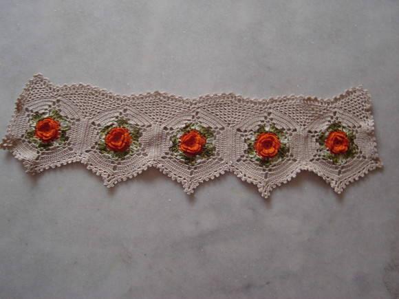 Bicos de crochê com flores vermelhas