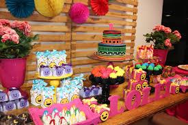 Decoração de mesa de jantar para aniversario coloridas