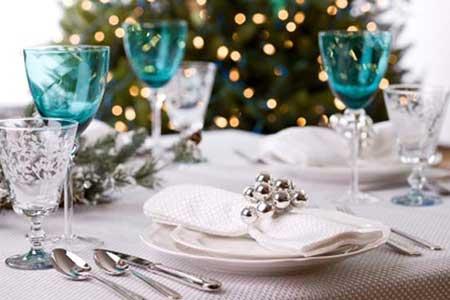 Decoração de mesa de jantar para casamento com taças azuis