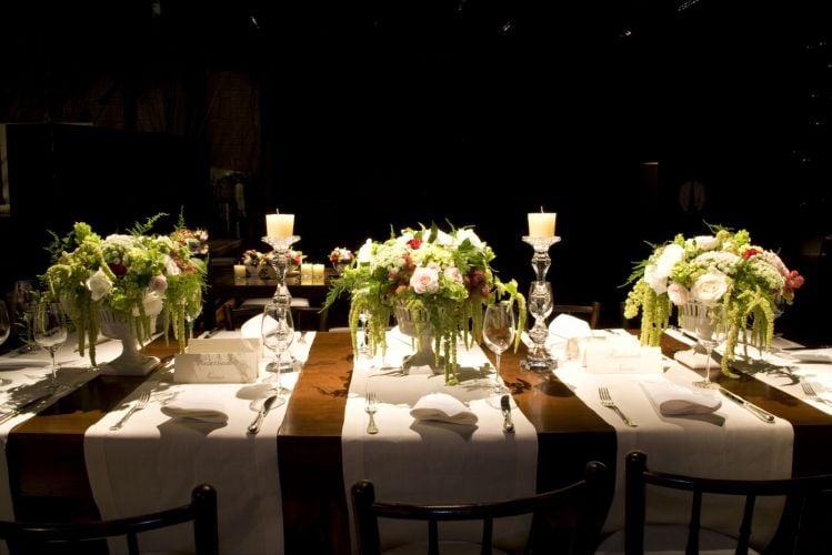 Decoração de mesa de jantar para casamento com tons de marrom